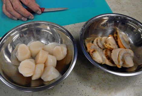 two types of scallops: the one with the orangy rim contains the roe.