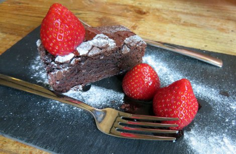 in Delft at 't Klooster: a brownie with strawberries