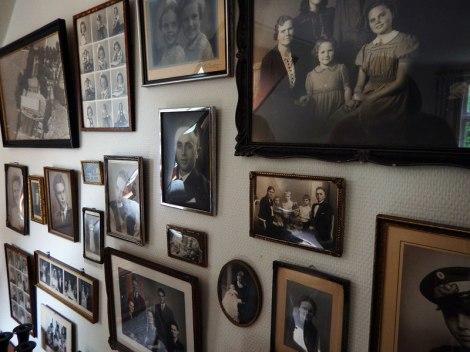 Rubenlund - family portraits on a wall