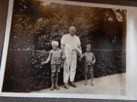Environ 1927: une photo du frère jumeau de mon père Knud et de mon père Hans Erik, avec leur père vêtu de ses vêtements de «laitier» près de la laiterie de Nordenbro, au Danemark